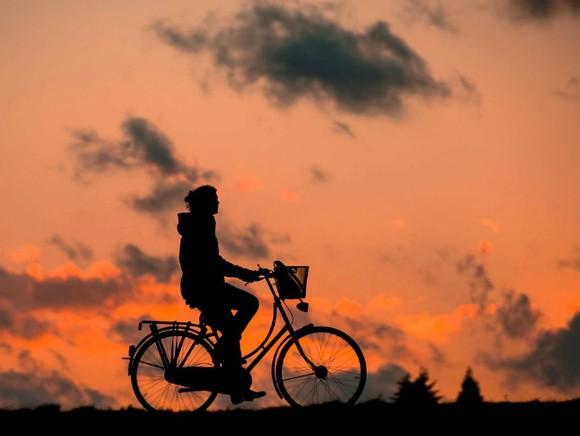 Китаец месяц ехал постране навелосипеде невту сторону