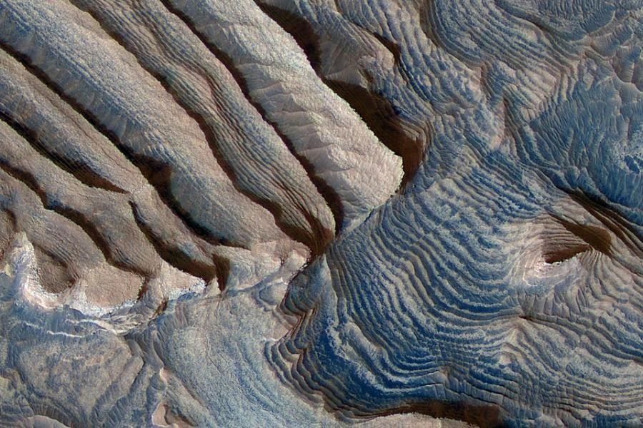 ВNASA показали ФОТО таинственного спутника Марса