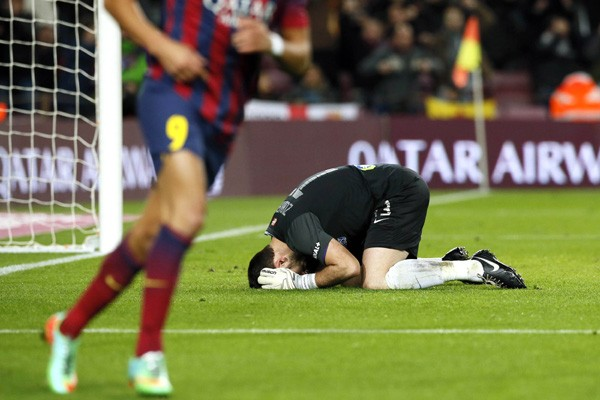 Конфуз: вратарь забросил мяч всвои ворота, празднуя отраженный пенальти