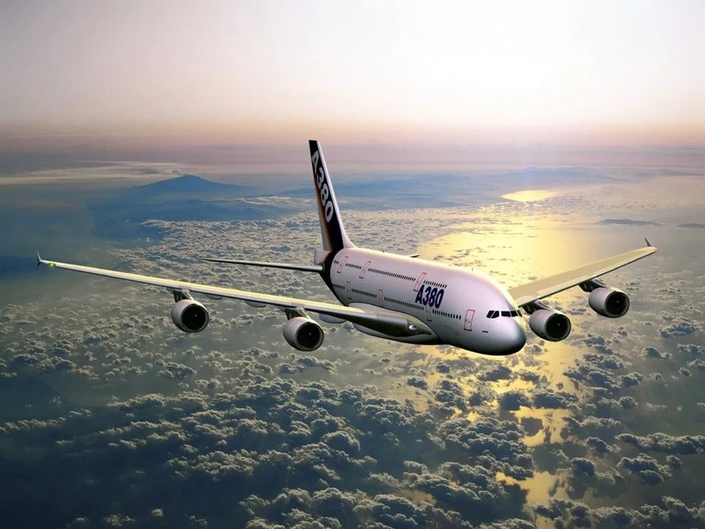 Пассажир пытался выйти изсамолета над Тихим океаном