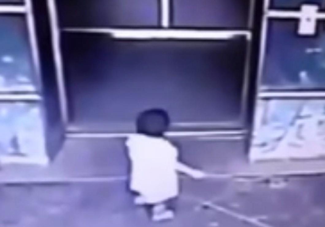 ВМалайзии мать ударом ноги спасла дочь отзахлопывающихся дверей лифта