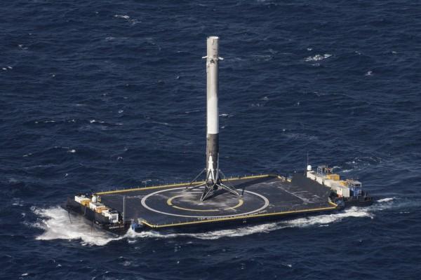 Ступень ракеты SpaceX успешно приземлилась на платформу в океане