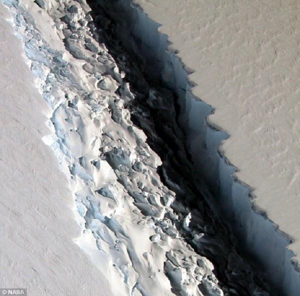 Трещина длиной 40 км угрожает британской станции Halley IV в Антарктиде