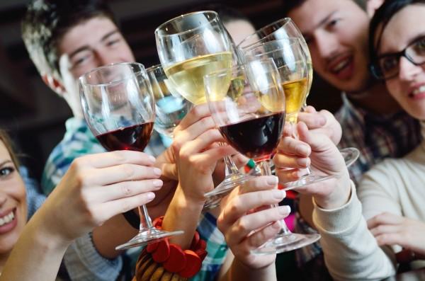 Ученые: Алкоголь во время празднования совершеннолетия может привести к запою
