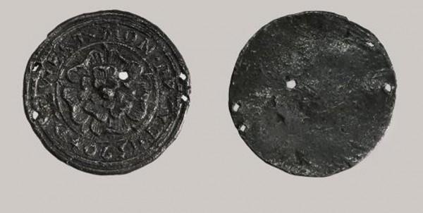 В Москве при раскопках нашли английский медальон XVI века с розой Тюдоров
