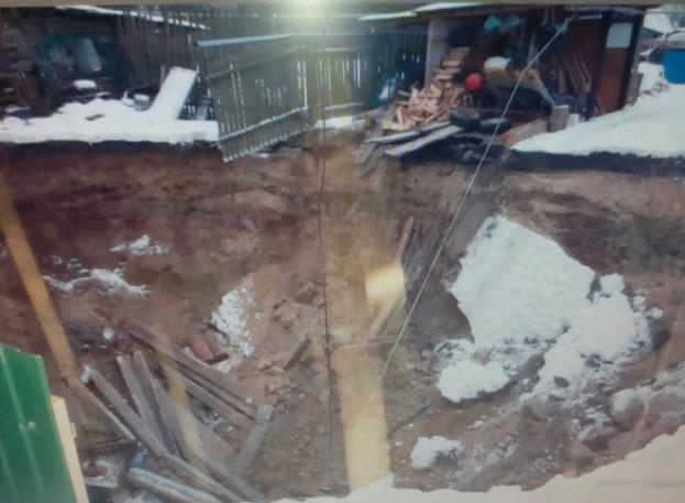 Взлынковском поселке под землю провалились баня, сарай ипогреб