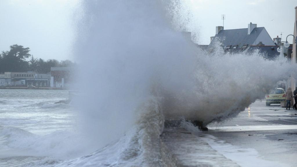 НаФранцию обвалился шторм, обесточены свыше 200 тыс. домов