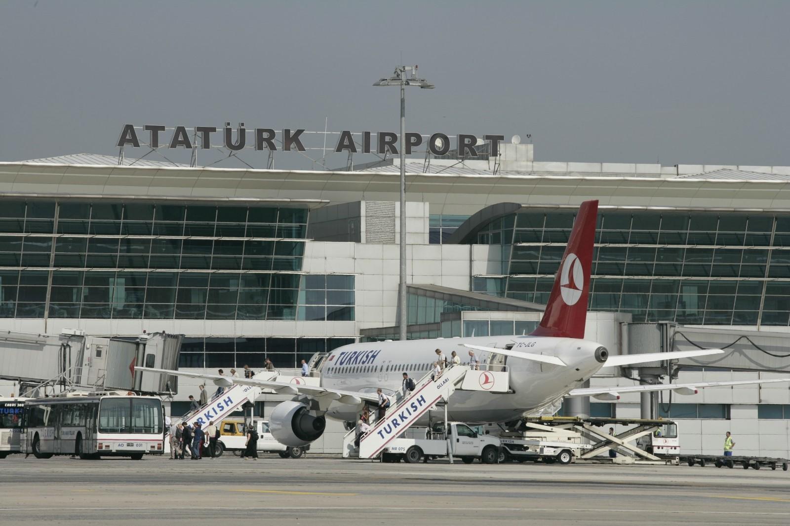 Милиция несмогла догнать фургон, обстрелянный уаэропорта Стамбула