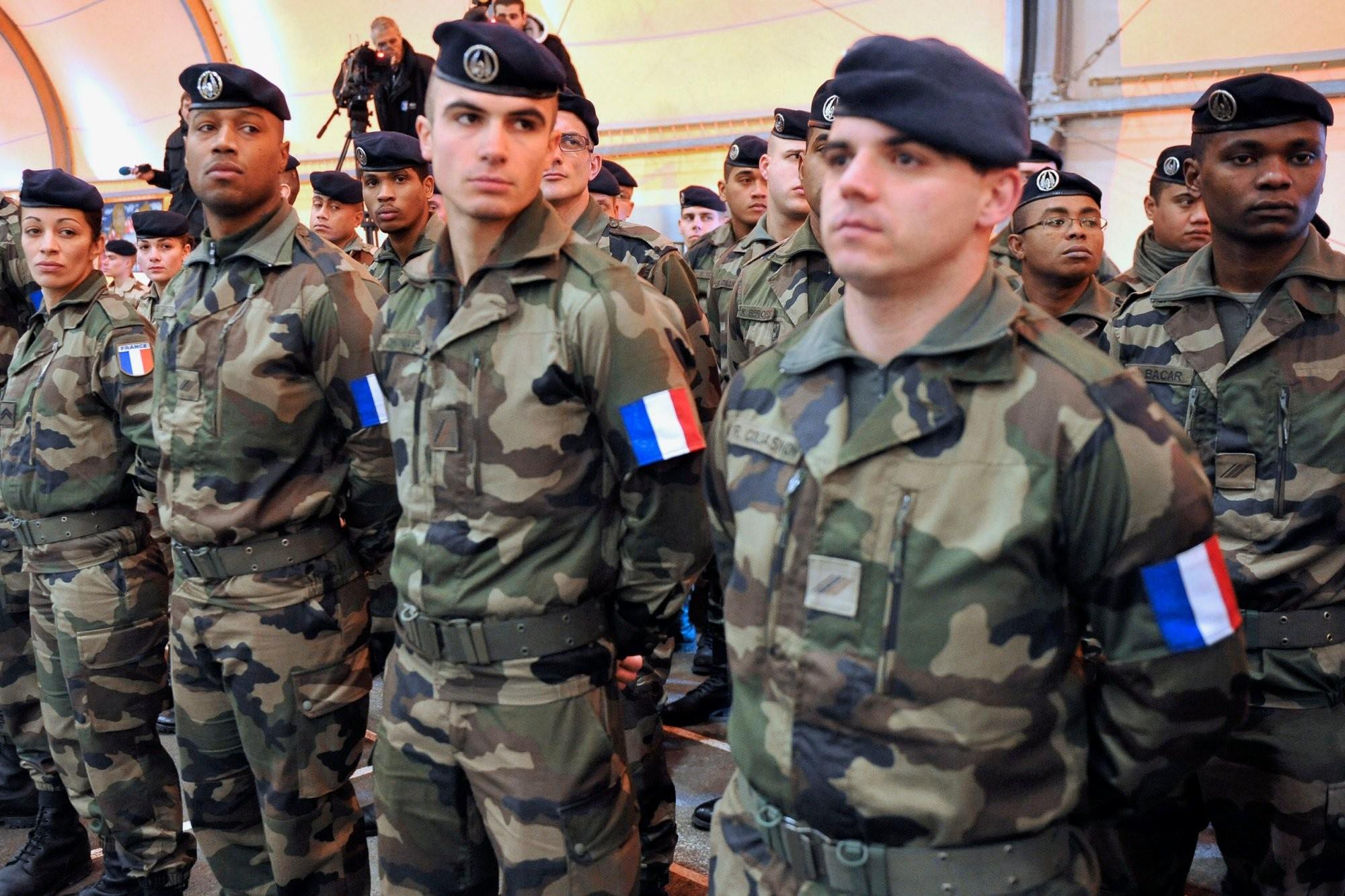 Удвоих французских солдат украли штурмовые винтовки впроцессе обеда в«Макдоналдсе»
