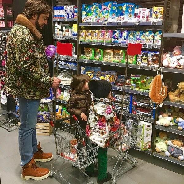 Филипп Киркоров устроил шопинг в недорогом супермаркете