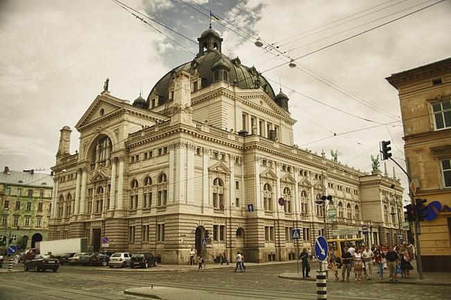 Неизвестные написали назаборе генконсульства Польши воЛьвове «Наша земля»