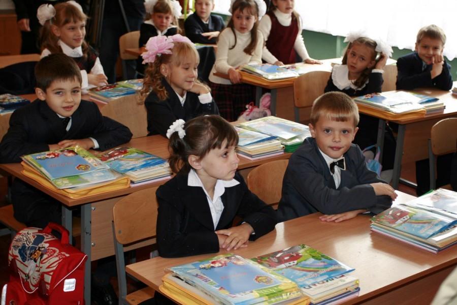 Голодец: детям нехватает мест в русских  школах, родители стоят вочереди
