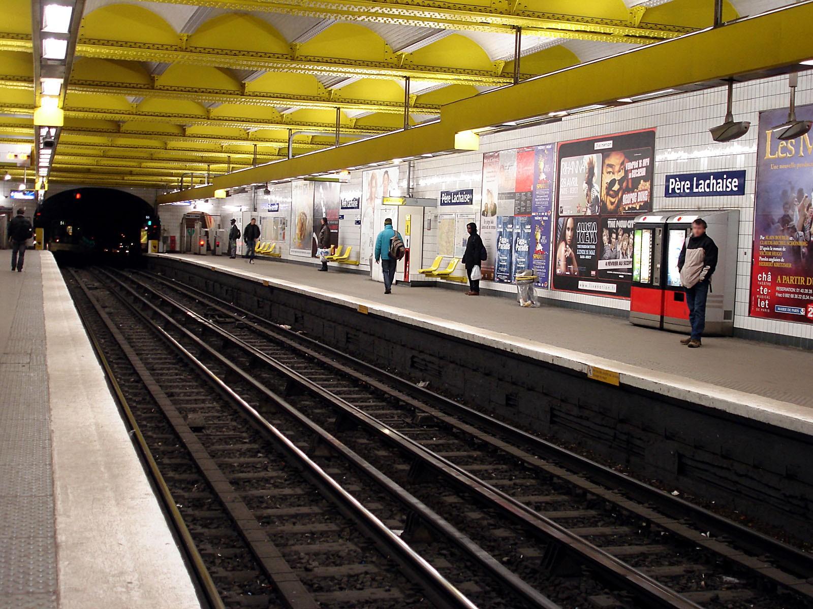При взрыве впарижском метро пострадали восемь человек