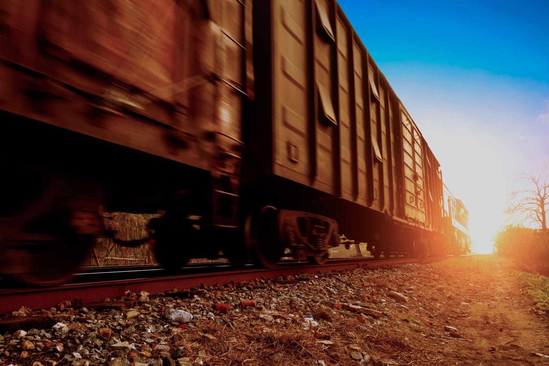 ВКалифорнии 22 вагона грузового поезда сорвались вреку