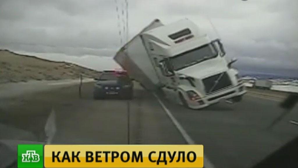 ВСША регистратор снял падение фургона наполицейский автомобиль