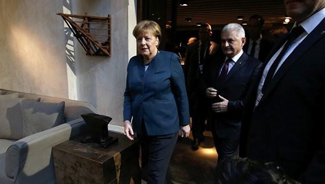 ОтношенияЕС и РФ нужно улучшать, невзирая наразногласия— Меркель