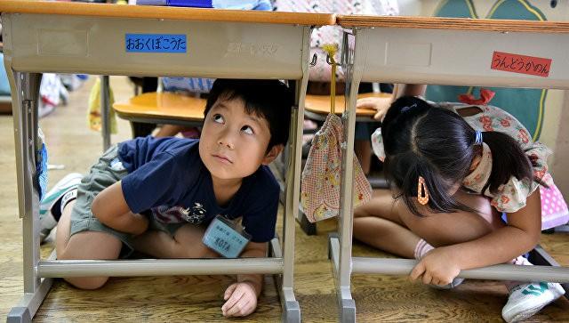 Водной изяпонских школ отравились неменее 800 детей