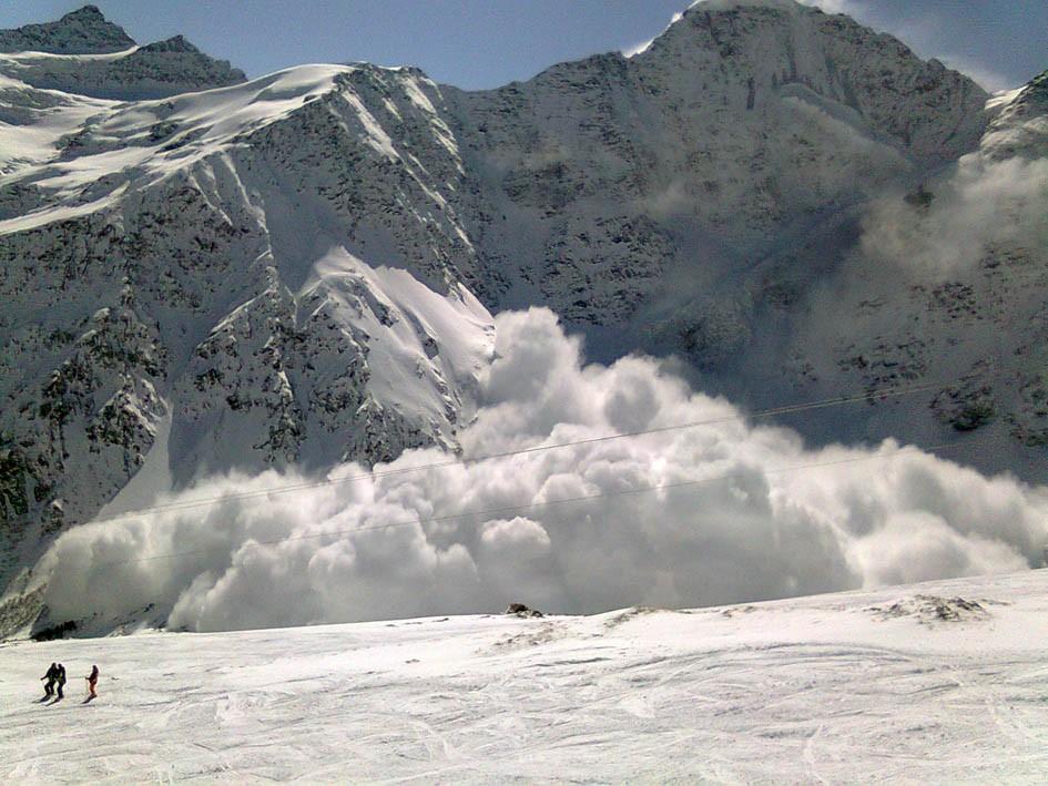 Двое детей погибли под снежной лавиной наюге Киргизии