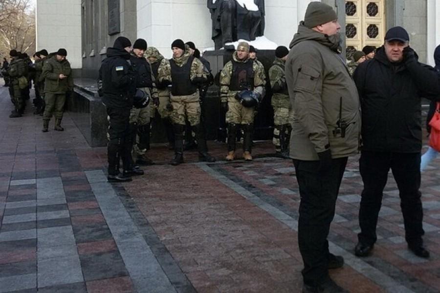 Под стены администрации президента государства Украины стянута военная техника