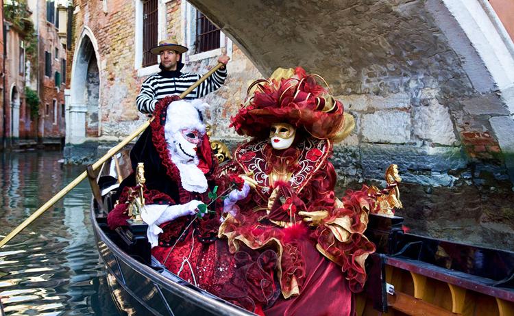 Из-за угрозы терактов участников Венецианского карнавала вынудили снимать маски