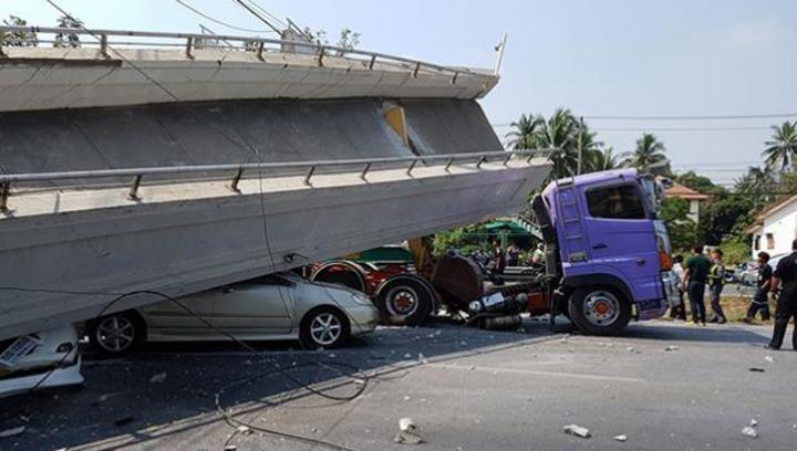 ВТаиланде фургон снес пешеходный переход