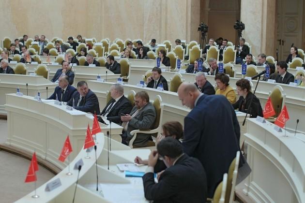 Парламент Петербурга позволил избранникам встречаться сизбирателями вгайд-парках