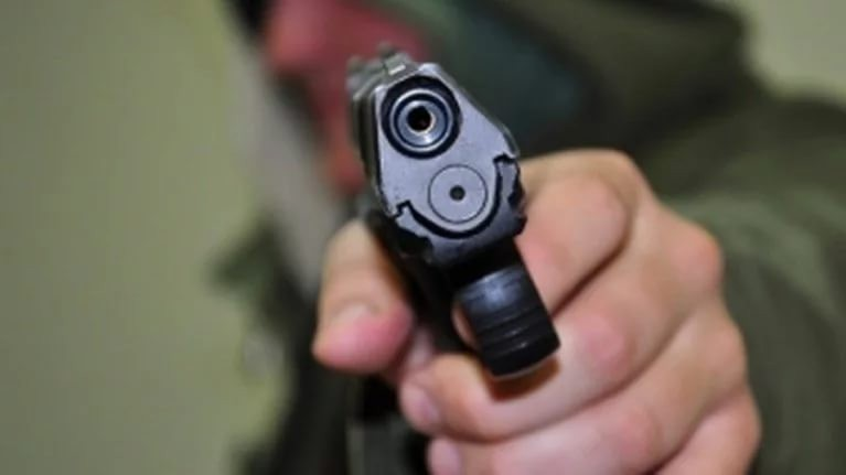 В столице вмногоэтажном здании наАрбате мужчина грозится расстрелять гостей