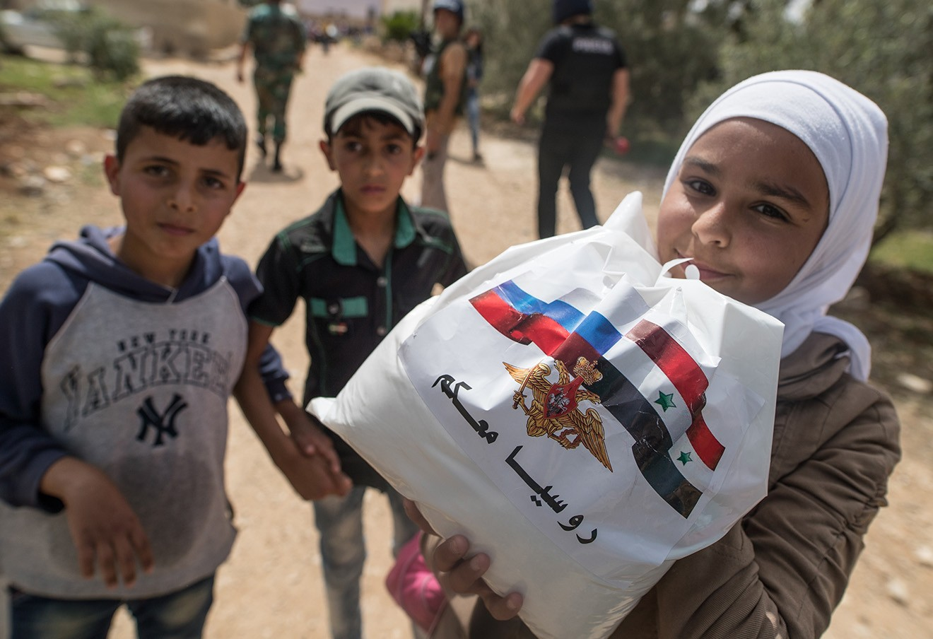 Русские военные доставили полтонны продуктов вдеревню сирийской провинции Латакия