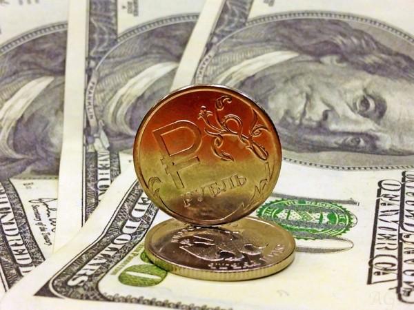 На 15 февраля курс доллара может пробить отметку в 57 рублей