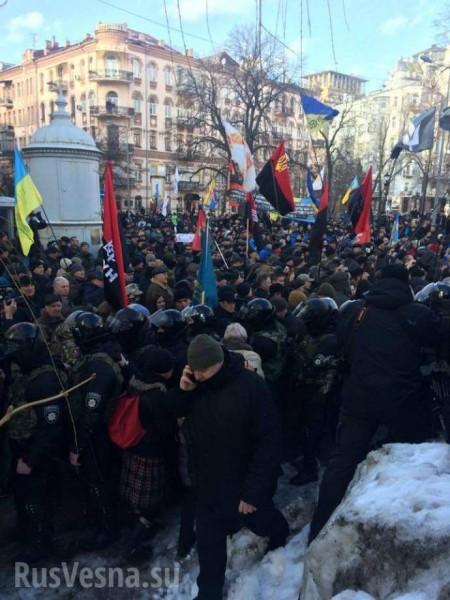 В Киеве у стен администрации президента началась стихийная акция протеста