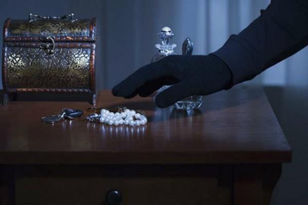 В Москве из квартиры пенсионерки похитили бриллианты на 3,5 млн рублей