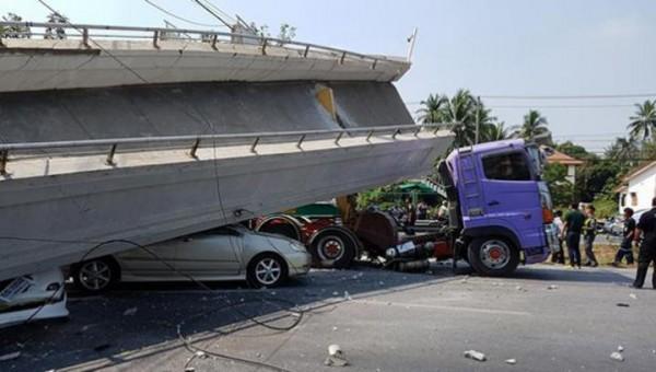 В Таиланде экскаватор снес пешеходный мост