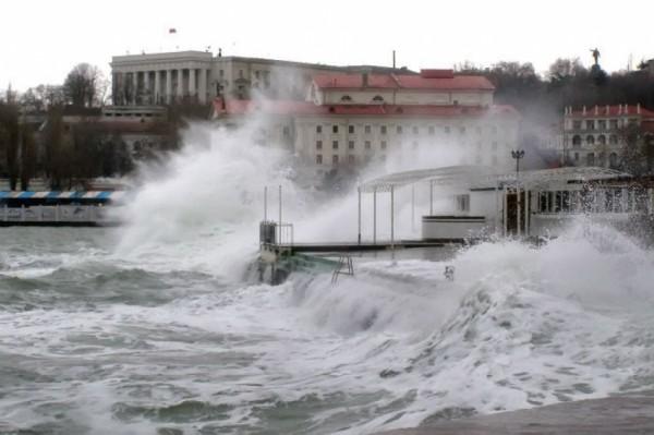 Керченская переправа временно остановила работу из-за погоды