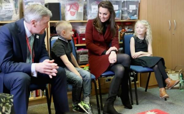 Супруга британского принца Кейт Миддлтон в короткой юбке посетила детский сад