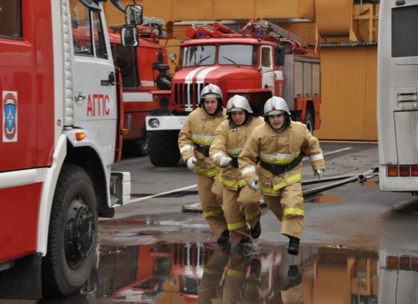 В Петербурге пожару в двухэтажном доме присвоен повышенный уровень опасности