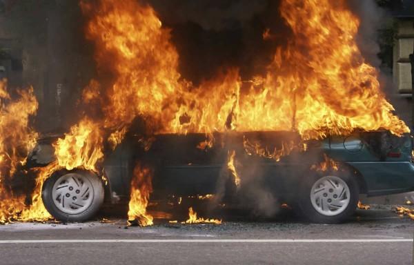 На парковке в Ворошиловском районе Ростова сгорели три автомобиля