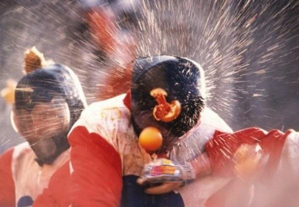 В Италии прошли ежегодные апельсиновые бои