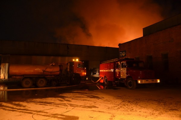 В Екатеринбурге горит мебельная фабрика площадью 400 кв метров