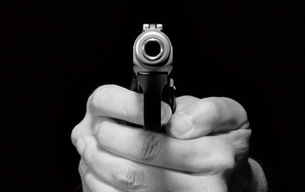 В Абинске пьяная девушка приставила пистолет к продавцу магазина