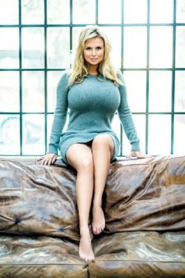 Анна Семенович сделала акцент на пышную грудь и тонкую талию с помощью платья