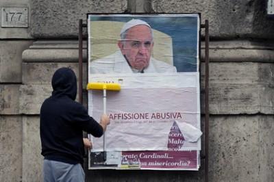 Плакаты с порицанием Папы Римского появились на улицах Вечного города