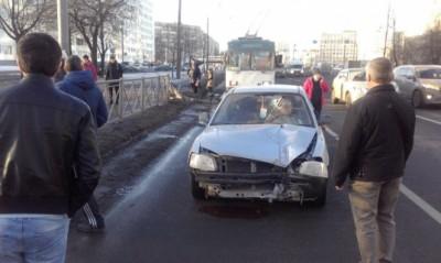Железная балка едва не убила водителя, протаранив лобовое стекло в Санкт-Петербурге
