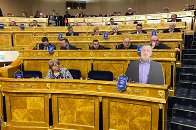 На заседании ЗакСа Ленобласти присутствовала картонная фигура Владимира Петрова