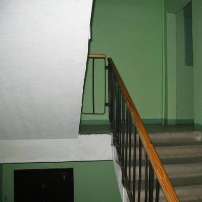 В Петербурге мужчину собутыльник столкнул с лестницы