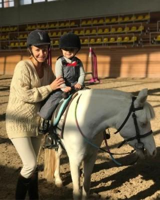 Татьяна Навка учит младшую дочь верховой езде