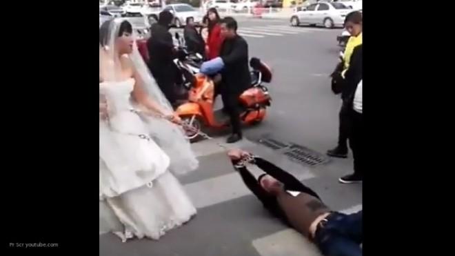 В КНР невеста протащила прогулявшего свадьбу жениха поулице