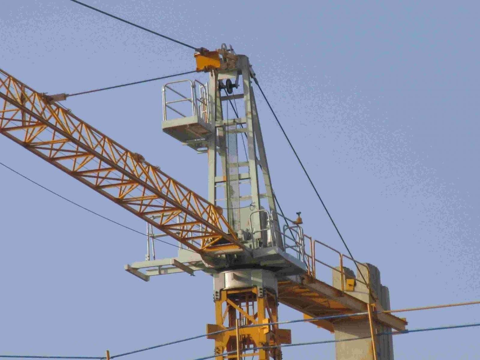 Порыв ветра уронил башенный кран нагостиницу в КНР