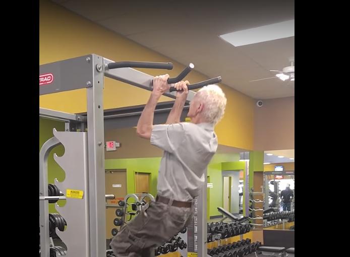 Житель америки подчеркнул 90-летие 24-кратным подтягиванием натурнике