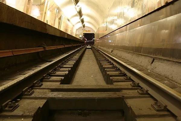 ВНовосибирске школьница спрыгнула нарельсы метро