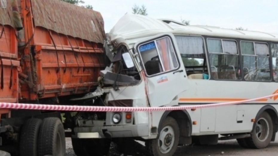 ВВоронеже два пассажира маршрутки пострадали в итоге столкновения автобуса сКамАЗом